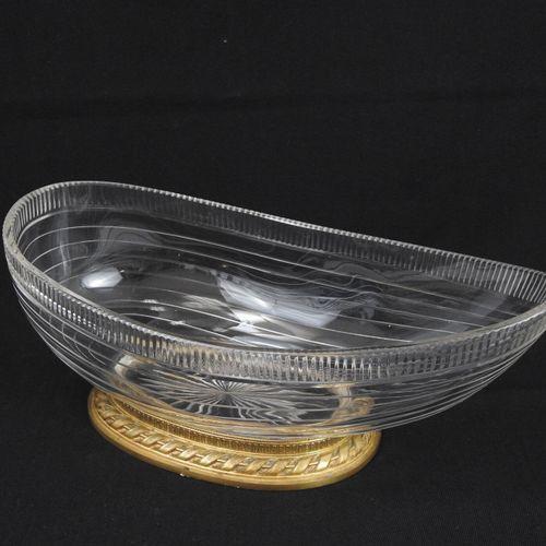 COUPE en cristal de forme navette, monture en bronze doré à ruban. 12 x 30 x 15 …