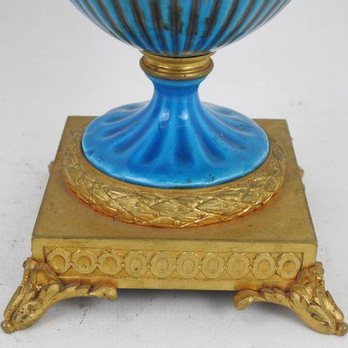 VASE couvert en porcelaine dans le gout de Sèvres à décor dans des cartouches d'…