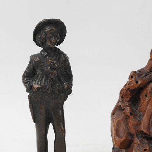 LOT comprenant : un petit matelot en bronze (Haut.: 9 cm), un groupe en buis scu…