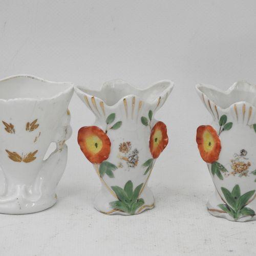 LOT comprenant : six vases de mariage en porcelaine dont une paire à décor de pe…