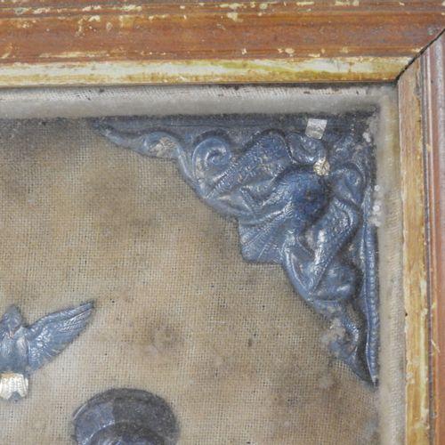 LA SAINTE FAMILLE : Bas relief en métal argenté collé sur velours, dans un cadre…