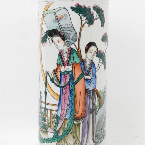 CHINE XXème. Vase rouleau en porcelaine à décor de deux femmes. Marque au revers…