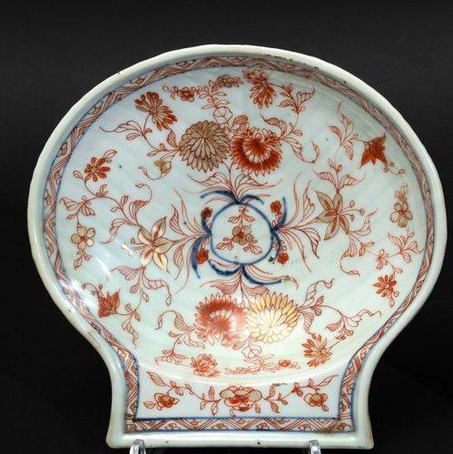 An Imari plate, China, Qing Dynasty Période Kangxi (1662 1722). 19x19cm