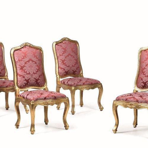 Salotto stile Luigi XV in legno intagliato e dorato composto da due poltrone, qu…