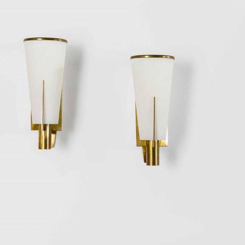Stilnovo, Coppia di appliques con struttura in ottone e diffusore in vetro opali…