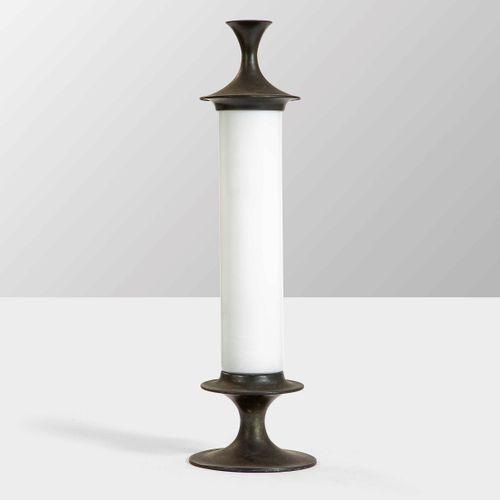 Lampada da tavolo con struttura in ottone e diffusore in vetro lattimo., Prod. I…