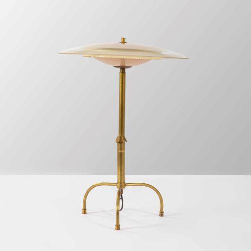 Lampada da tavolo con struttura in ottone e diffusore in vetro satinato molato.,…