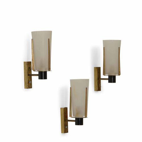 Tre lampade da parete con struttura in ottone e metallo laccato, diffusori in ve…