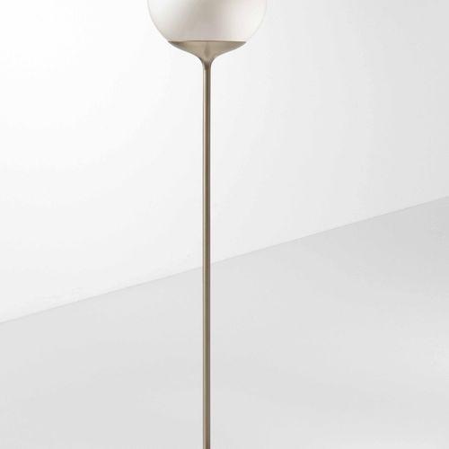 Guzzini, Lampada da terra con struttura in metallo cromato. Diffusore in plexigl…