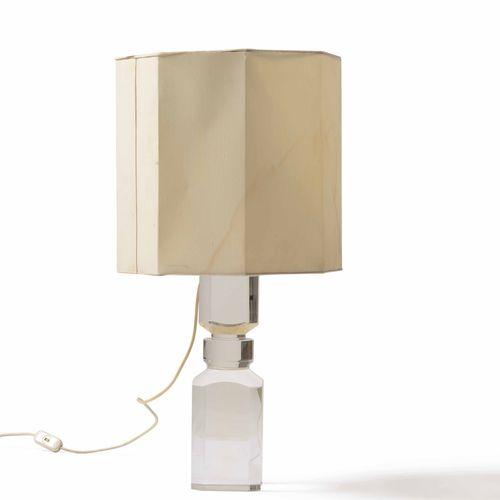 Lampada da tavolo formata da un unico blocco in plexiglass e paralume in tessuto…