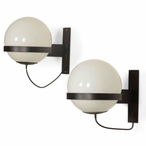 Coppia di lampade a parete con struttura in metallo laccato e diffusore in vetro…