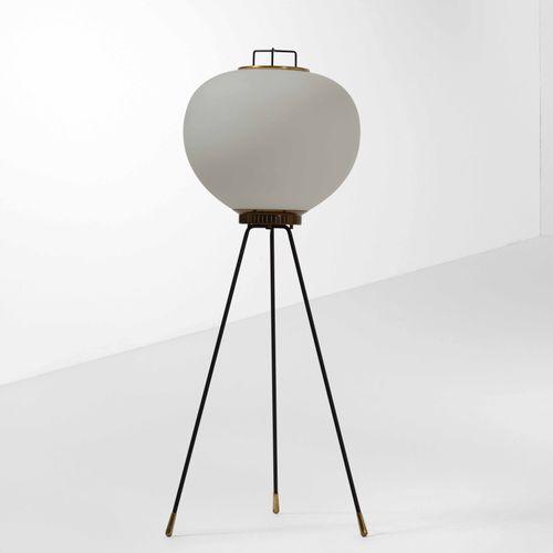 Lampada da terra con struttura in ottone e metallo laccato e diffusore in vetro …