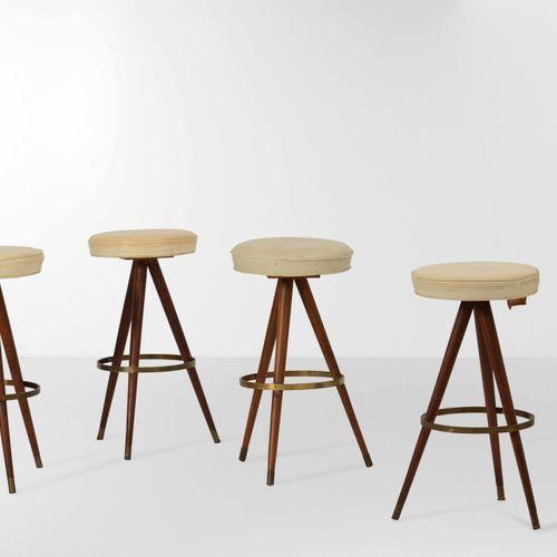 Quattro sgabelli con struttura in legno, particolati in ottone e rivestimento in…