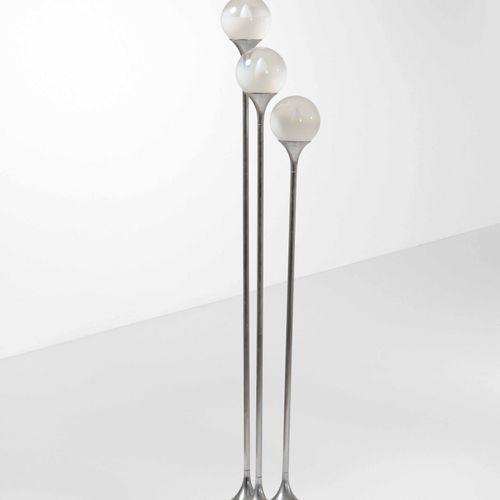 Lampada da terra con struttura in metallo cromato e metallo laccato e diffusori …