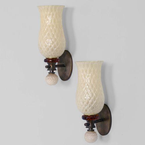 Coppia di lampade da parete con struttura in ottone e diffusore in vetro di Mura…