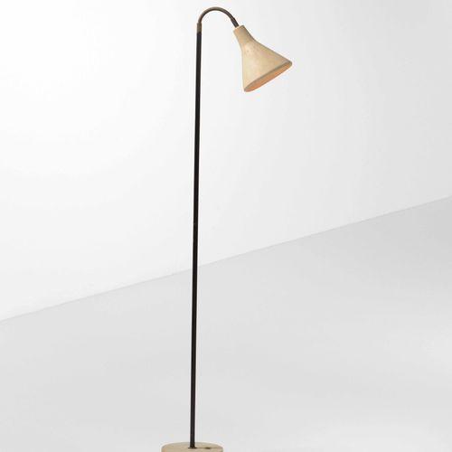Lampada da terra con struttura in ottone, diffusore orientabile in metallo lacca…