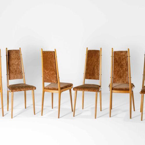 Apelli e Varesio, Six chaises avec une structure en bois et des housses en tissu…