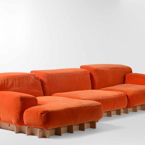 Grande divano modulare con struttura in legno e rivestimenti in tessuto., Prod. …