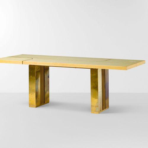 Grande tavolo rettangolare con struttura in legno rivestito in ottone e piano il…