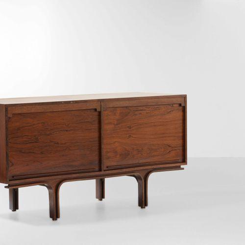Gianfranco Frattini, Mobile credenza mod. 501 con struttura in legno e scomparti…