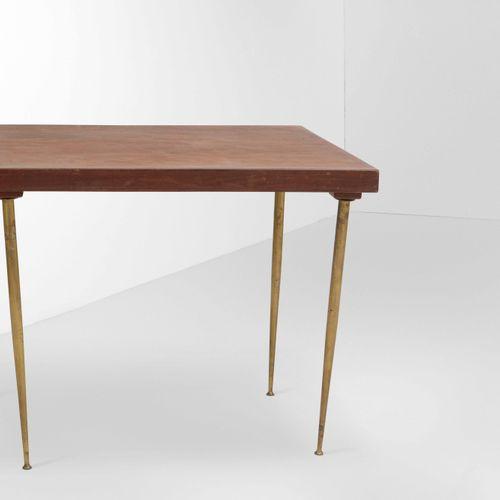 Tavolo basso con piano in legno e sostegni in ottone., Prod. Italia, 1950 ca. Cm…