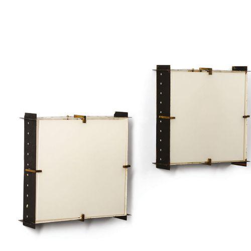 Due appliques con struttura in metallo laccato e ottone. Diffusore in vetro., Pr…