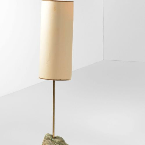 Lampada da terra con struttura in ottone, base in pietra e paralume in carta., 意…
