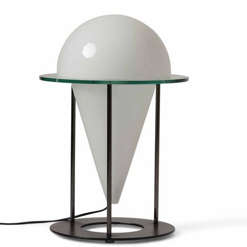 Lampada da tavolo con struttura in metallo laccato e diffusore in vetro opalino.…