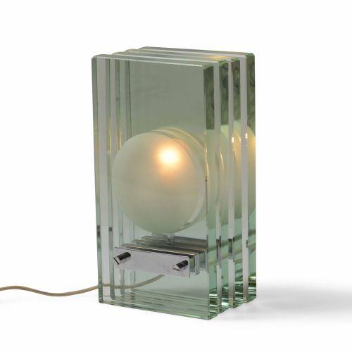 Gallotti e Radice, Lampada da tavolo con struttura in metallo cromato e diffusor…