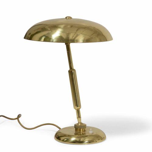 Lampada da tavolo orientabile con struttura e diffusore in ottone., 意大利制造,约1950年…