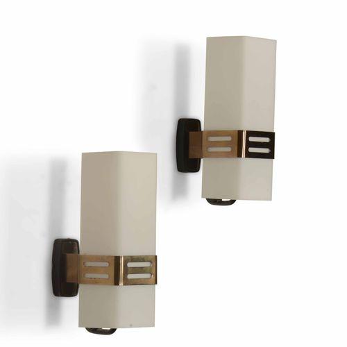 Stilnovo, Coppia di lampade da parete con struttura in ottone e diffusore in vet…
