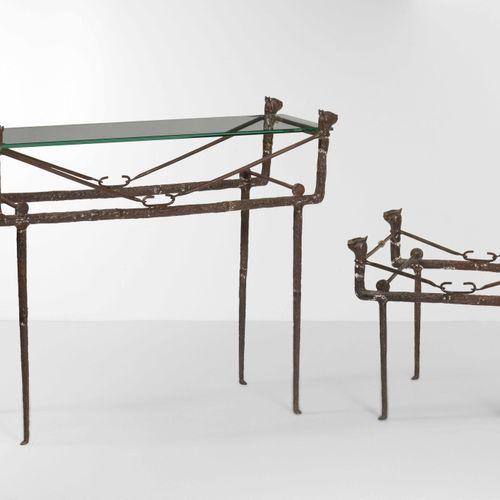 Set di consolle e tavolino, uno con vetro e uno senza, con struttura in fusione …