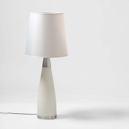 Stilnovo, Lampada da tavolo con struttura in vetro opalino e metallo cromato. Di…