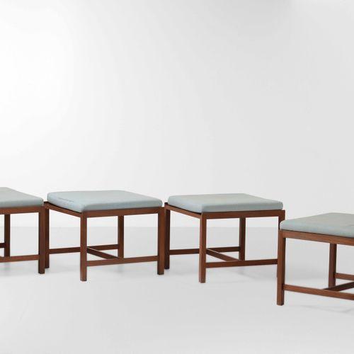 Set di quattro sgabelli con struttura in legno e rivestimenti in tessuto., 意大利,约…