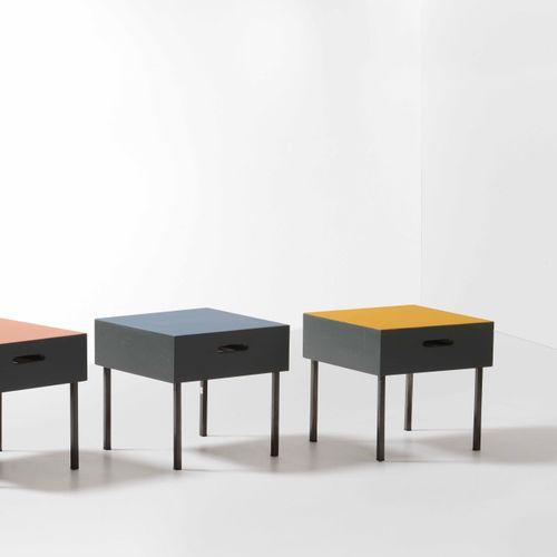 Set tre tavoli bassi e tre pouff con struttura in legno laccato e metallo laccat…
