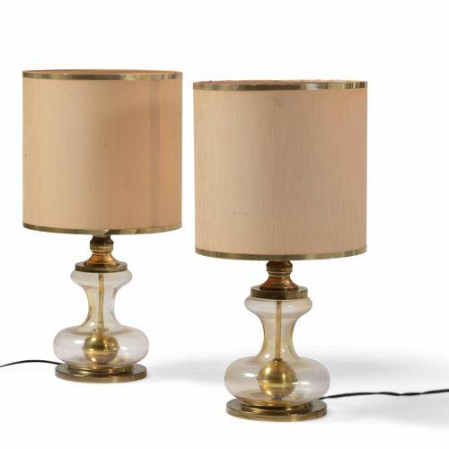 Coppia di lampade da tavolo con struttura in vetro e ottone, paralumi in tessuto…