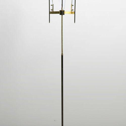 Lampada da terra con struttura in ottone e metallo laccato. Diffusori in vetro e…