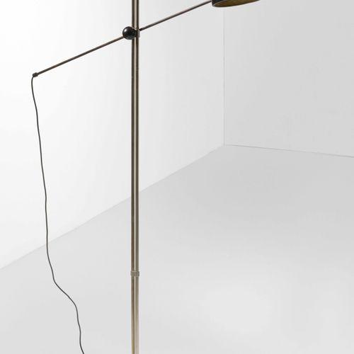 Lampada da terra orientabile con struttura in metallo cromato, diffusore e base …