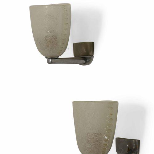 Coppia di appliques con struttura in metallo e diffusori in vetro di Murano., 意大…