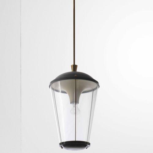 Due lampade a sospensione con struttura in ottone e metallo laccato. Diffusori i…