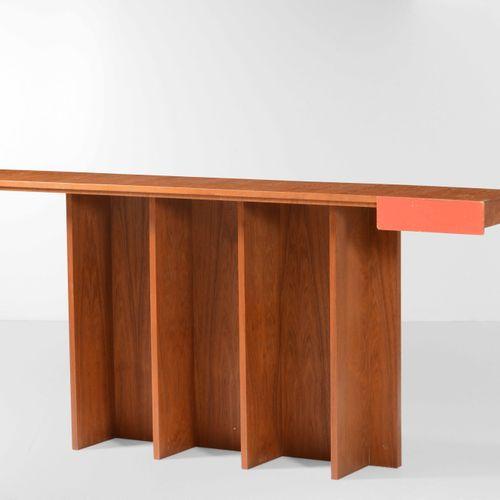 Poltronova (attribuzione), Grande table console avec tiroir. Structure en bois e…
