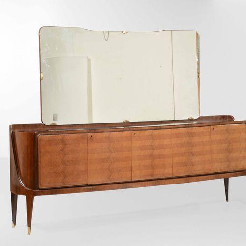 La permanente di Cantù, Grande credenca con specchiera in vetro e ottone. Strutt…