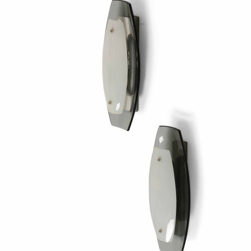 Coppia di lampade a parete con struttura in metallo e diffusore in vetro colorat…