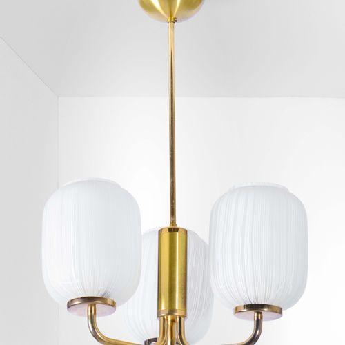 Lampada a sospensione con struttura in ottone e diffusori in vetro opalino., Pro…