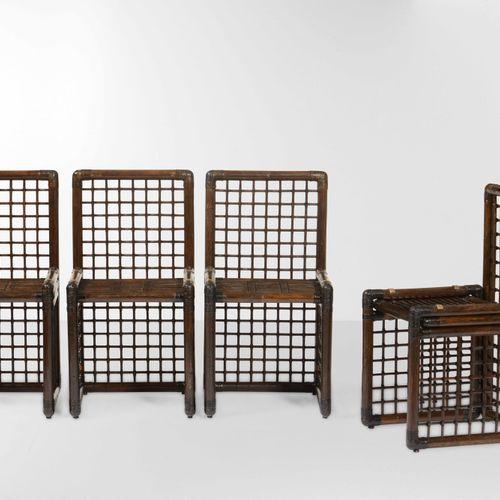 Set composto da un tavolo e quattro sedie con strutture in legno, bamboo e midol…