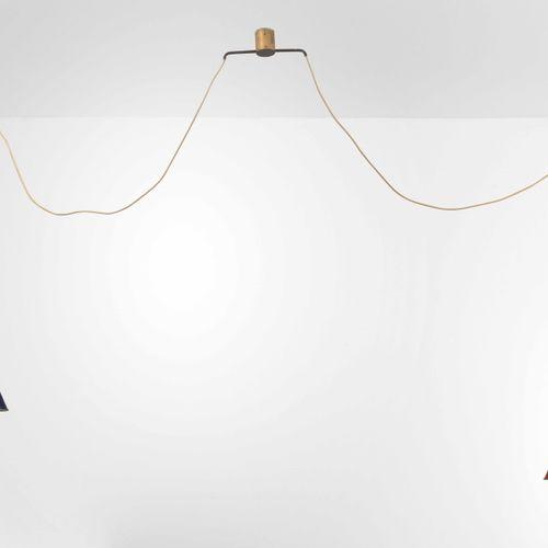 Lampada a sospensione con diffusori in metallo laccato e particolari in ottone.,…