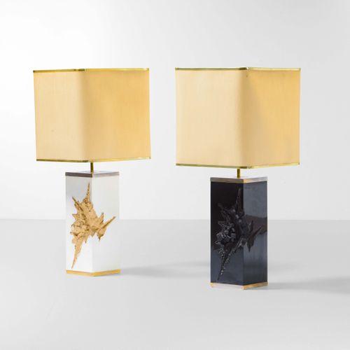 Due lampade da tavolo con base in resina laccata e diffusore in tessuto. Element…