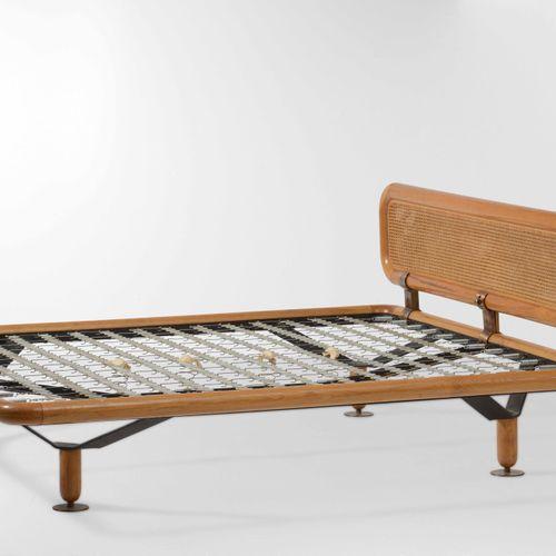 Osvaldo Borsani, Letto matrimoniale mod. L171 con struttura in legno e metallo. …