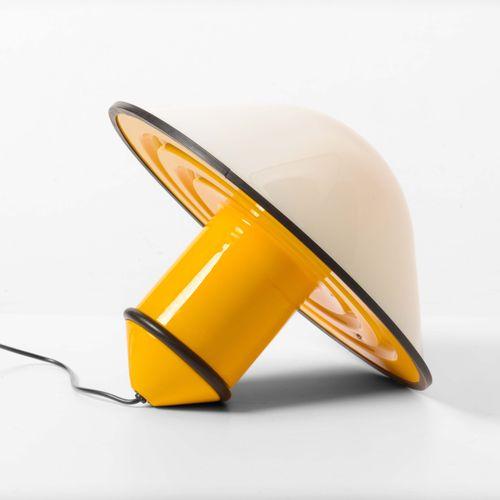 Lampada da tavolo con struttura in metallo laccato e diffusore in perspex., 意大利制…