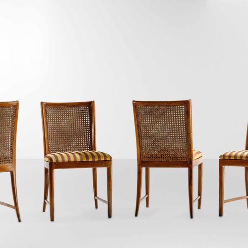 Quattro sedie con struttura in legno, schienale in paglia di Vienna e rivestimen…